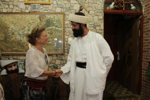 Claudia Ryan con Baba Chawish, capo religioso yazida